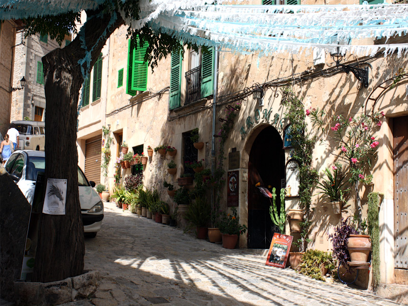 valldemosa muslim Description take a hike back in time into the history of mallorca, valldemossa and the archduke luis salvador from austria we will walk on the famous archduke's trail and learn about him while admiring overwhelming views.